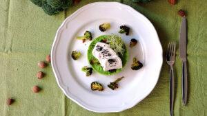 Brokkoli-Püree mit Chèvre und knusprigen gerösteten Brokkoli-Blumen