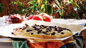 Focaccia mit getrockneten Tomaten und Oliven