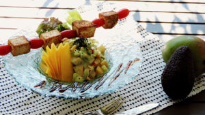 Mango-Gurken-Salat mit gebratenem Tofu und Tahini