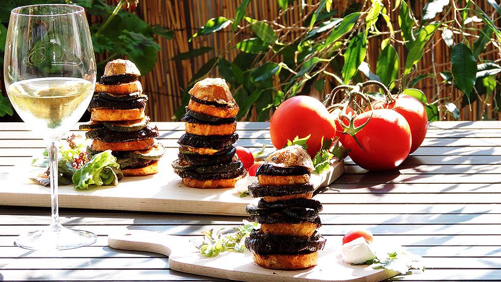 Süsskartoffeln-Turm mit Auberginen und Zucchetti