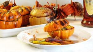 Kürbis gefüllt mit orientalischem Reis und Cognac-Pilze-Sauce