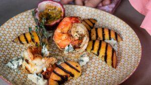Jumbo Crevetten mit Gorgonzola und grillierten Pfirsichen