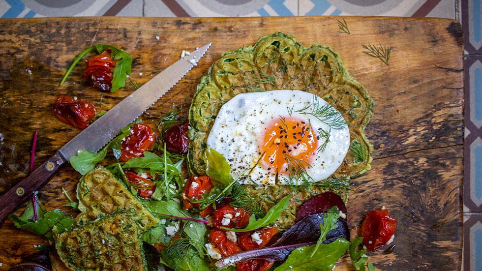 Spinatwaffeln mit Spiegelei und Feta