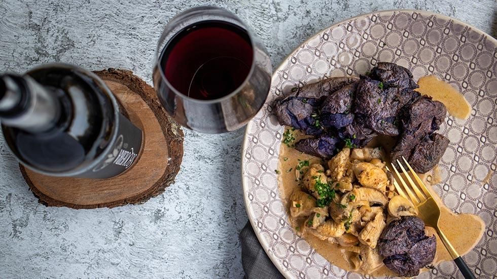 Poulet-Geschnetzeltes mit blauen Ofenkartoffeln